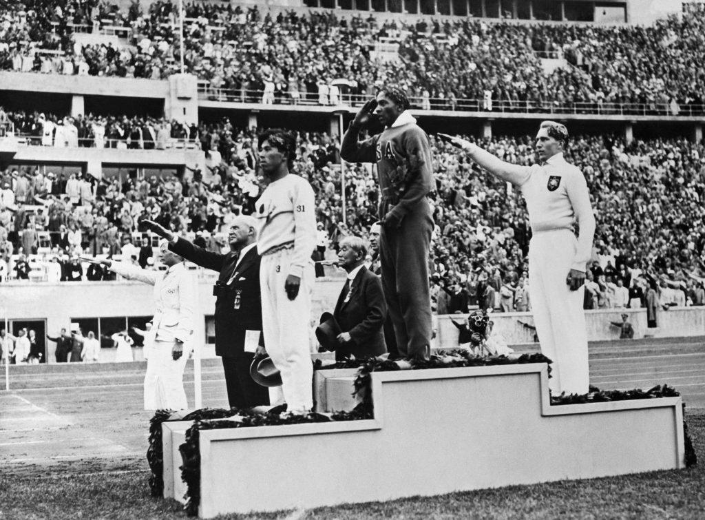 Jesse Owens und Carl Ludwig Long auf dem Siegertreppchen