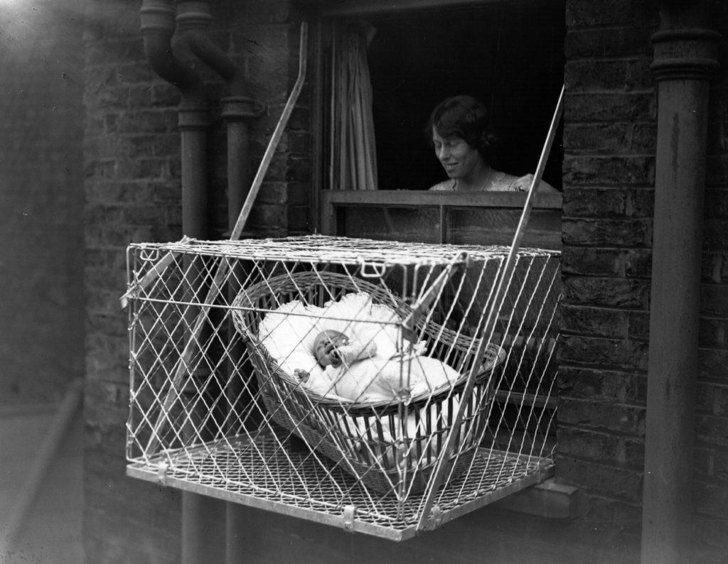 Baby in Babykäfig