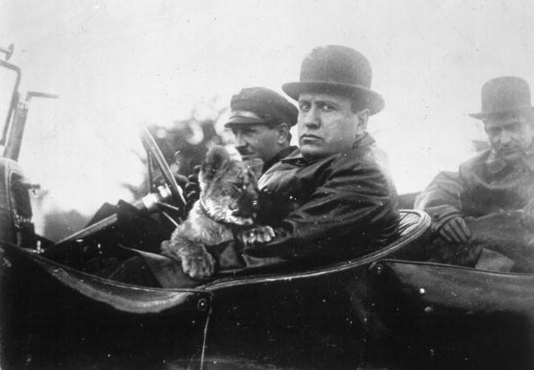 Mussolini mit Löwin