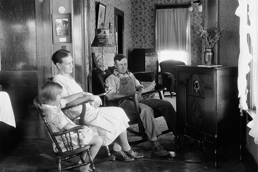 Familie vor dem Radio