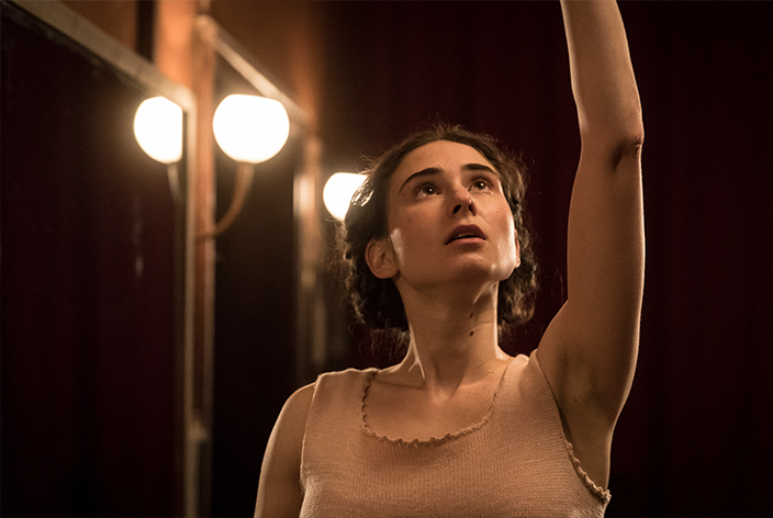 Marina Yurlova, gespielt von Natalia Witmer, in der TV-Serie Krieg der Träume