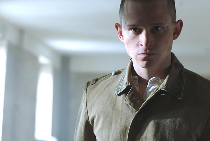 Rudolf Höß, gespielt von Joel Basman, in der TV-Serie Krieg der Träume