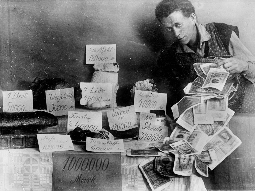 Frau mit Geld während der Hyperinflation